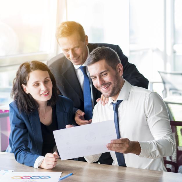 tres-empresarios-mirando-informe-negocios-oficina_23-2147899912